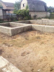 Строительство частного дома - фундамент ленточный на сваях фото