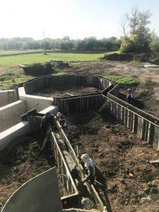 Строительство дома - фундамент ленточный на сваях фото