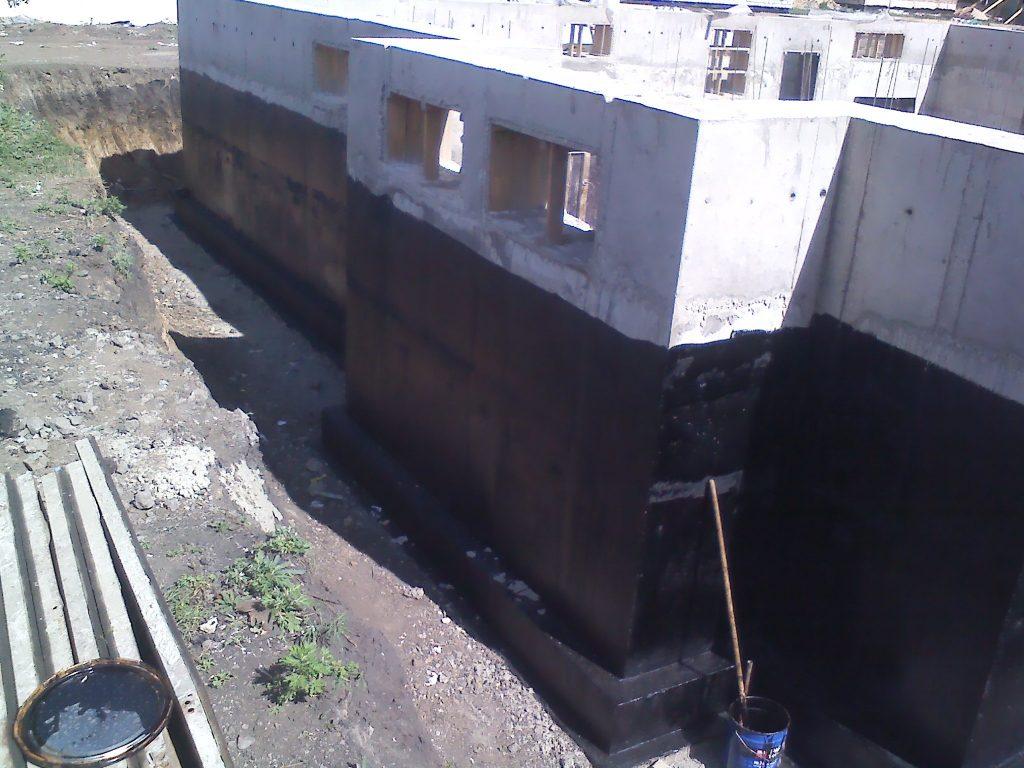 Гидроизоляция фундамента под цокольный этаж - фото