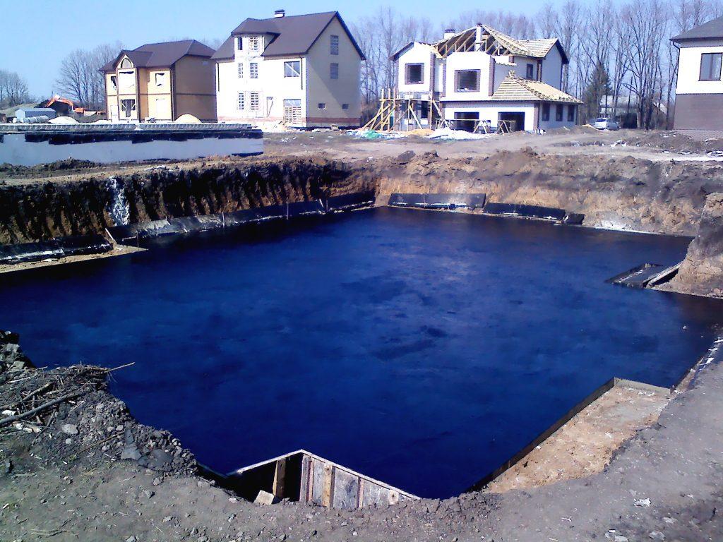 Обмазочная гидроизоляция фундамента на монолитной плите - фото