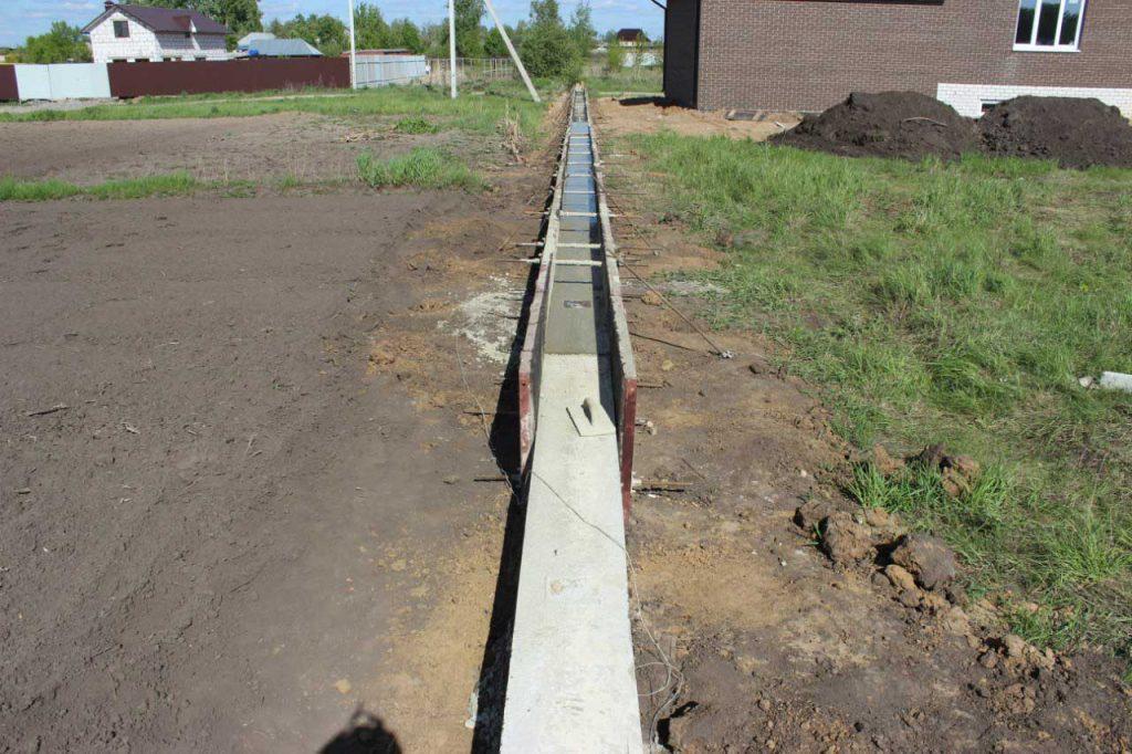 Строительство фундамента под забор - фото