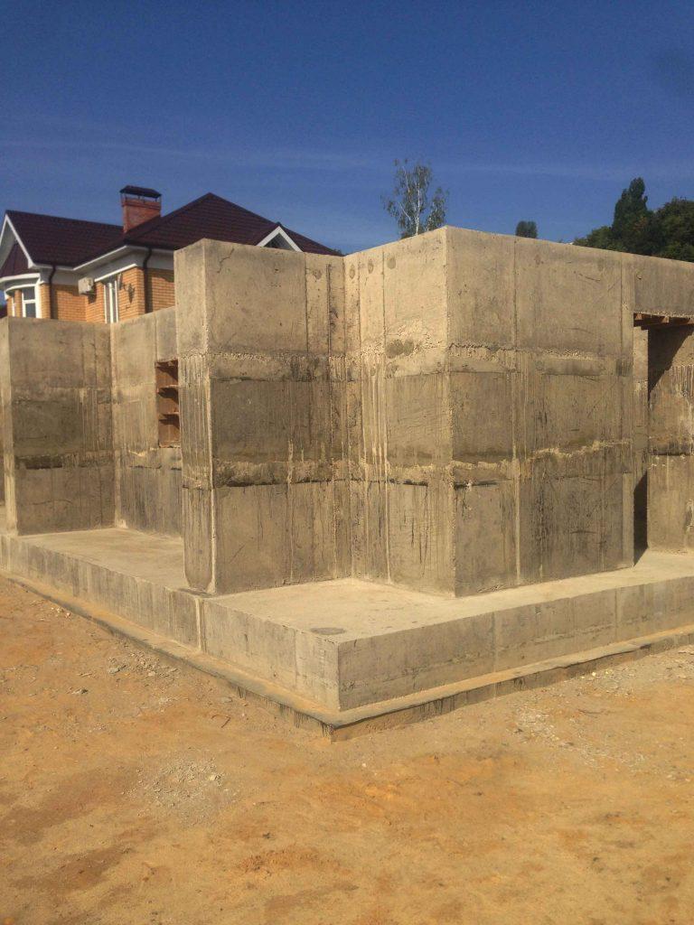 Фундамент на монолитной плите под цокольный этаж - фото